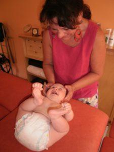 Rosel Barge bei einer Säuglingsbehandlung